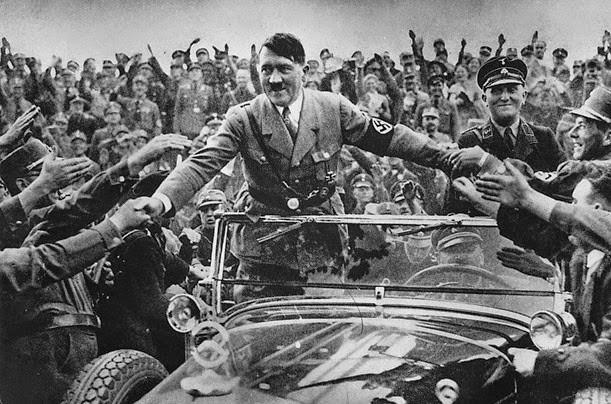 Adolf Hitler greeting the crowd - ADOLF HITLER SALUDANDO GENTE